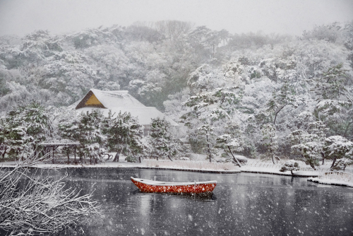 Boat Covered in Snow in Sankei-en Gardens. Yokohama, Japan, 2014. © Steve McCurry